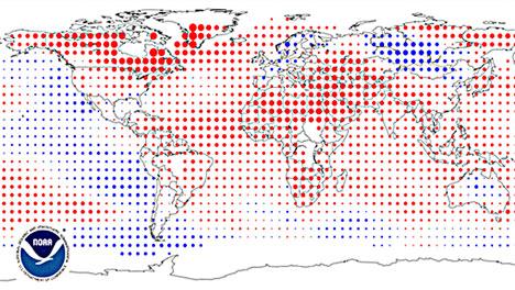 Avvik fra normal temperatur for januar til desember 2010. De største sirklene er avvik på 5 grader C, blått er kaldere, rødt varmere. (Foto: NOAA)