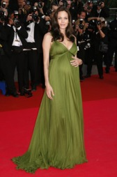 FLOTT OG GRAVID: Angelina Jolie i sin fantastiske kjole fra Max Azria. Høygravid og vakker på Cannes-festivalen i 2008. (Foto: DAVID SILPA, ©TS)