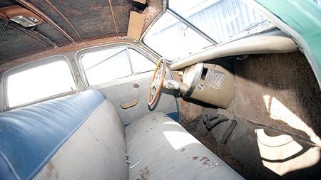 Bilen var omlakkert og trukket om innvendig allerede da den ble parkert i 1956. Etter 54 år er den både rusten og musespist, og et krevende prosjekt. Foto: Pawel Litwinski © 2010 Courtesy of Gooding & Company