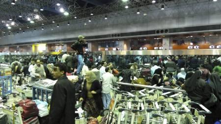 REISEKAOS: Kairo internasjonale flyplass var stappfull av reisende søndag. Mange land sender nå fly for å hente hjem statsborgere som ikke ønsker å bli værende i landet. (Foto: MICHEL MOUTOT/Afp)