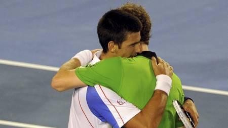 Novak Djokovic og Any Murray etter finalen i Australian Open. (Foto: WILLIAM WEST/Afp)