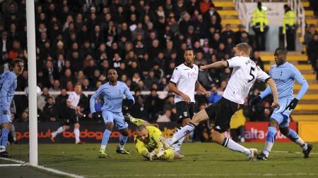 Brede Hangeland scorer mot Tottenham. (Foto: Joe Giddens/Pa Photos)