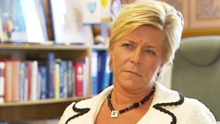 - FØRT BAK LYSET: Frp-leder Siv Jensen reagerer kraftig på opplysningene   om at utenriksministeren har hatt telefonsamtaler med Hamas. Frp vil   at utenriksministeren kommer med en redegjørelse for Stortinget. (Foto:   TV 2)