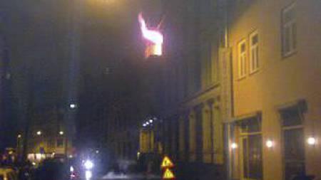 BRANN: Åpne flammer sees ut vinduet i etasjen hvor brannen startet. (Foto: Tipser-MMS til 02255/)