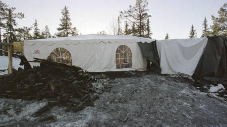 TELT OVER ÅSTEDET: Knut Øyvind Mo ble skutt og huset tent på i et forsøk på å skjule drapet. Kripos plasserte et telt over restene av huset på Tonsenåsen. (Foto: Åserud, Lise/SCANPIX)