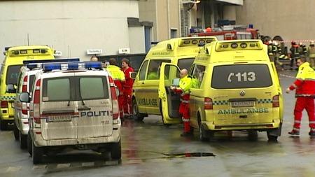 EKSPLOSJON: Store politi, ambulanse og brannstyrker rykket ut etter eksplosjonen på nikkelverket i Kristiansand tirsdag.  (Foto: Svein Flagestad / TV 2)