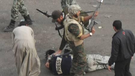 JOURNLISTER TRUET: Mange journalister har blitt angrepet, ranet og truet under gateslagene i Kairo. (Foto: KYODO/Reuters)
