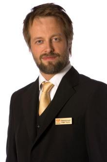 Erlend spiller resepsjonssjefen Roger Nyman i «Hotel Cæsar».