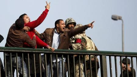 SINNE: Mubarak-tilhengere roper til demonstrantene fra en bro   i nærheten av Frigjøringsplassen. (Foto: GORAN TOMASEVIC/Reuters)