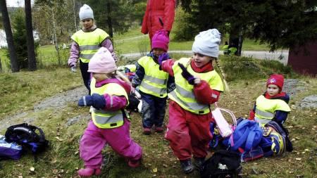 LANGE DAGER: Hvert femte barn tilbringer mer enn 41 timer i barnehagen per uke.  (Foto: Poppe, Cornelius/SCANPIX)