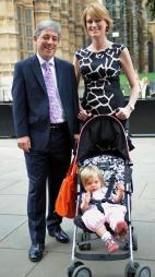 LITT MER SØMMELIG? John Bercow og kona Sally med datteren Jemima på valgdagen i 2009. (Foto: PA PHOTOS)