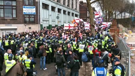 OMRINGET: Allerede ved 14-tiden hadde mange EDL-tilhengere samlet seg i Lutons gater. Her er de omringet av politi. (Foto: BENT SKJÆRSTAD/TV 2)