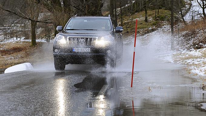 De fleste firehjulstrekkere kjøres bare på vei, og utsettes   ikke for stort større vansker enn dette. Derfor har vi også konsentrert   testen om bilenes veiegenskaper. Foto: Egill J. Danielsen