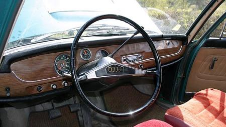 Typisk 60-talls regnskog-vennlig treverk er klistret over hele dashboardet i Aadnes sjeldne Audi Super 90. Foto: Privat