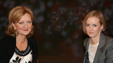 ÆRLIG MØTE: Inger Lise Hansen (til høyre) møter programleder Trude Teige onsdag kveld.  (Foto: TV 2)