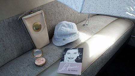 Pudderdåse, designer-skinnveske, regnhatt og paraply var viktige originaltilbehør i Dodge La Femme, her en 1956-modell med omtrukket baksete i uoriginalt materiale. Courtesy International Dodge La Femme Registry (copyright) Used with permission (Foto: Leslie Howard)