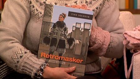 Tine Solheim har laget boken «Retromasker» med 135 strikkeoppskrifter   og fremgangsmåter. (Foto: God morgen Norge)