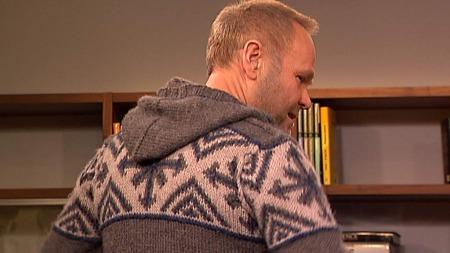 Nils Gunnar i en strikkejakke fra Tina Solheims kolleksjon for   ungdom. (Foto: God morgen Norge)