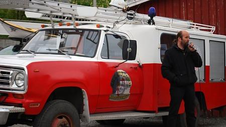 Eier, initiativtager, bilentusiast og nyslått brannkonstabel i det frivillige brannvernet i Akkarfjord, Trond Hansen, presenterte brannbilen for et overrasket publikum på Fiskefestivalen etter ankomst. Foto: Privat