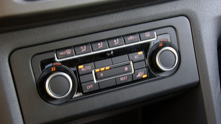 Mange små indikatorlamper på mange små knapper. En VW- og Audi-spesialitet som sikkert kan løses på en mer lettlest måte. (Foto: Tore Robert Klerud)