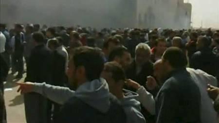 BENGHAZI: En menneskemengde samler seg i sentrum av Libyas nest største by Benghazi. (Foto: Reuters/Reuters)