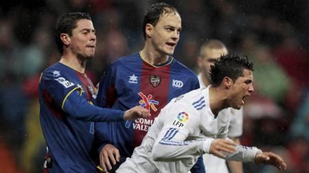 Cristiano Ronaldo (R), Asier del Horno (L), Victoriano Rivas (Foto: SUSANA VERA/Reuters)