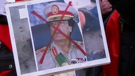 KREVER DIKTATORENS AVGANG: Demonstrantene viste tydelig hva de mener om Muammar Kaddafi. (Foto: Stein Akre)
