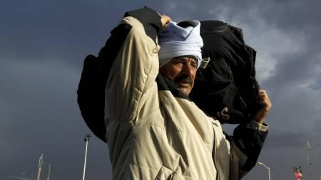 PÅ FLUKT: Tusenvis flykter nå fra Libya, blant annet over til Tunisia. (Foto: YANNIS BEHRAKIS/Reuters)