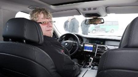 STANDSMESSIG SJUER: Roger Gulbr andsen er sjåfør på sin tredje BMW 7-serie. Han trives godt bak rattet i gliset til 1,2 millioner kroner.  (Foto: Roar Grønstad/rb.no/ANB)