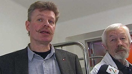ANSATTE FORTVILER: De ansatte er oppgitt og kaller det sløsing. Are Saastad leder i Fagforbundet, Aker (t.v) og avdelingsoverlege i geriatri, Dagfinn Øyen.   (Foto: TV 2)