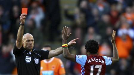 Howard Webb gir rødt kort til Jean Makoun (Foto: Barrington Coombs/Pa Photos)