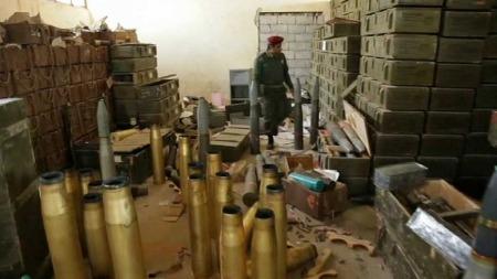 FRITT FREM: Militærbasen i Tobruk er forlatt. Enorme mengder våpen ligger fritt tilgjengelig. (Foto: TV 2 Danmark/Sky News)
