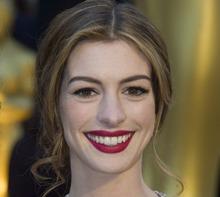 Anne Hathaway følger trenden med knall, plommefarget leppestift. (Foto: FD, ©FJ)