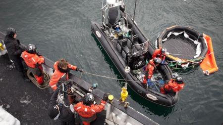 SKADET: Det er ingen indikasjoner på at det har vært noen om bord i redningsflåten. Flåten har skader som tyder på at den ble slitt fra den norske seilbåten. (Foto: Barbara Veiga )