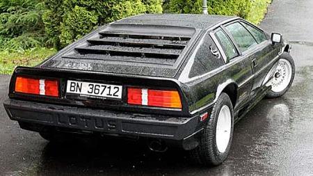 Entusiaster vil kjenne igjen baklysene, som Lotus knabbet fra Rover SD1. Den formidable laksetrappen var forbeholdt turbo-versjonen. Foto: Privat