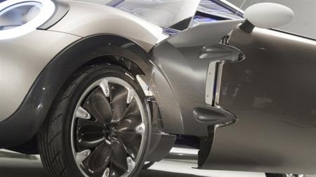 Den nye Minien får en svært spesiell hengsel-løsning på førerdøren. Det spørs om slik kreativitet blir med over på produksjonsmodellen. (Foto: BMW)