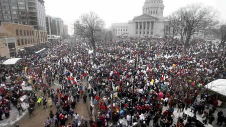 FOLKEHAV: 70.000 deltok i demonstrasjonen i sentrum av Madison,   Wisconsin lørdag ettermiddag. (Foto: John Hart/Ap)