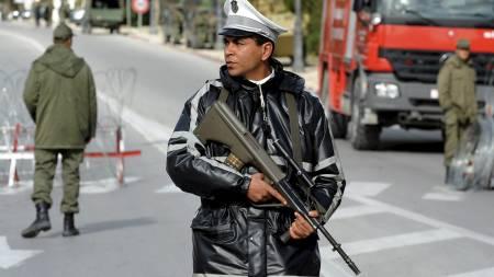PROTESTER I TUNISIA: Ifølge tunisisk politi samlet opptil 100.000 mennesker, de aller fleste studenter, seg i sentrum av hovedstaden. Militæret holdt vakt. (Foto: FETHI BELAID/Afp)