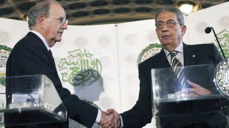 HÅNDFAST HILSEN: Amr Moussa (t.h.) under en felles pressekonferanse med USAs spesialutsending til Midtøsten, George Mitchell i fjor. (Foto: Nasser Nasser/Ap)