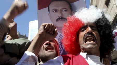 DEMONSTRASJONER I JEMEN: Både tilhengere og motstandere av presidenten i Jemen, Ali Abdullah Saleh, var i gatene Sanaa fredag. Dette er tilhengere av presidenten. (Foto: Khaled Abdullah/Reuters)