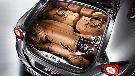 Spesiallagete kofferter hører selvfølgelig med når du skal på ferietur på første Ferrari-klasse.