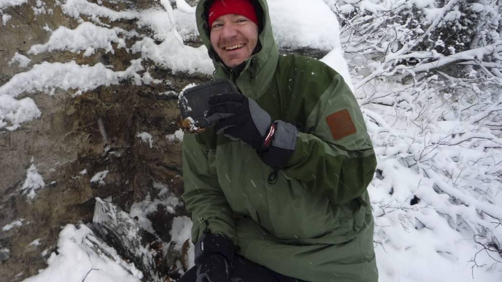 NORGES IVRIGSTE: Peter John Acklam er Norges ivrigste geocacher, en person som leter etter skatter ved hjelp av GPS. Bildet er tatt i Tolga i Nord-Østerdalen 4. oktober 2009.  (Foto: Privat)