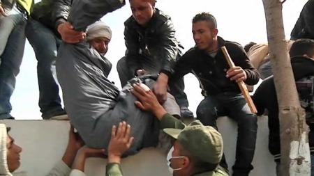 OVER MUREN: For flere tusen libyere er håpet å komme seg over grensen og inn til en tryggere tilværelse i Tunisia. (Foto: TV 2)