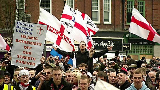 DETTE FRYKTER PST: Organisasjonen English Defence League, EDL, samler tusenvis av medlemmer under sine markeringer mot islam. (Foto: TV 2)