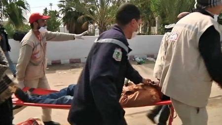 PÅ GRENSEN: En såret får hjelp. (Foto: TV 2)