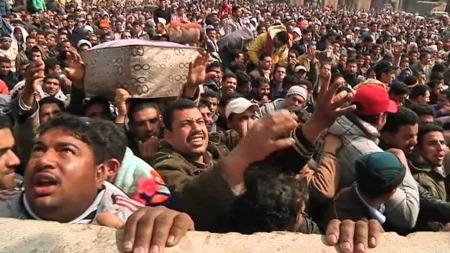 TUSENVIS PÅ FLUKT: Ifølge FN skal over 100.000 mennesker ha flyktet fra urolighetene i Libya. (Foto: TV 2)