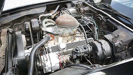 Litt frisert, men Corvettens motorrom er lett gjenkjennelig. 350-åtteren er nok betydelig enklere å leve sammen med enn Ferrariens Weber-bestykkede V12-maskin. Foto: Privat