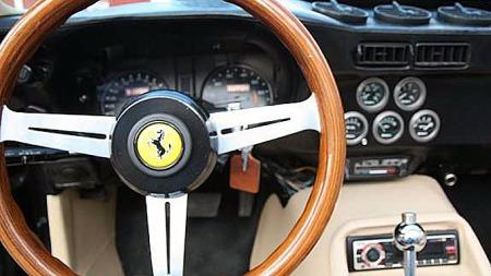 Luftdyser, automatvelgeren og klimapanelet er lett gjenkjennelig fra Corvette. Hovedinstrumentene er sjeldne aftermarket-tilbehør til datidens Corvette, med digitaldisplay i tillegg til analoge skalaer. Foto: Privat