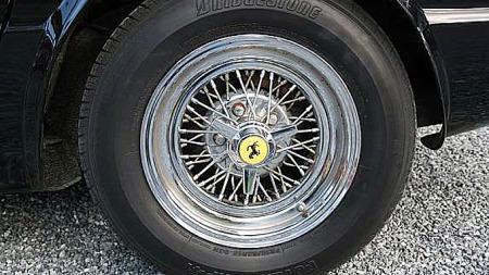 Emblemer, lykteglass og enkelte andre smådeler på Tom McBurnies Corvette-Ferrarier var faktisk ekte saker, og sto visstnok for en grymt stor andel av total byggekostnad. Foto: Privat