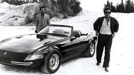 Bilde fra serien. Husker vi ikke feil er dette fra åpningsepisoden i sesong 3, like før en gjeng våpenhandlere gjør slutt på bilen med en M-72 granat. Etter å ha kjørt pick up i et par episoder får Crockett (til h.) endelig sin nye, hvite (og ekte) Testarossa.